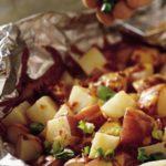 Pečené zemiaky s cibuľou a klobásou