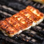 Opekaný syr nad ohňom